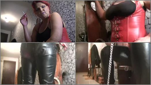 Bizarre Goddesses  Goddess Andreea secured her toilet for feeding  preview