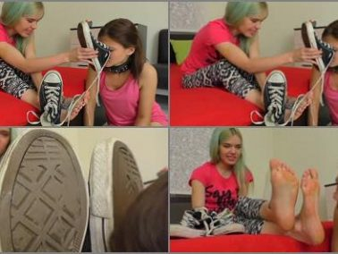 Shoe domination - UNDER GIRLS FEET - Skater Girl Stinky Feet Worship