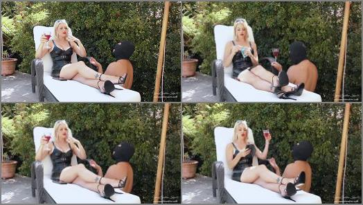 Sole Licking – Young Goddess Kim, Day in the Life as a Garden ashtray